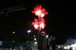 夜に光る『赤い手』がインパクト強烈!~JR河内磐船駅前の駐輪場~