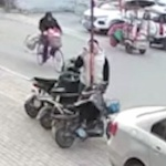 【動画】中国、少年が「鉄柱を舐めたら舌がくっ付くぞ!」と言われ試してみた結果~!w