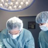 外科医ってあんなに激務こなして手術で神経張りつめて年収1000万程度なのかよ・・・・