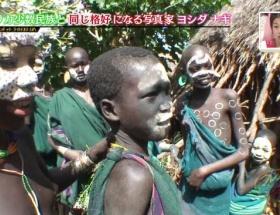 【悲報】TBSで日本人写真家が黒人少年におっぱいを触られる映像が流れるwwwwwwwwwwwwwww