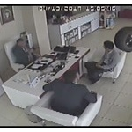 【動画】トルコで乗用車から外れたタイヤがものすごいスピードで薬局に入店!!