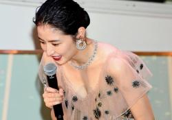 長澤まさみさんがスケスケドレスで胸の谷間をあらわに!これはエロすぎる!
