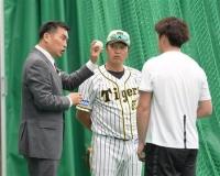 """山本昌氏""""臨時コーチ""""、阪神・飯田にスクリューボール伝授"""