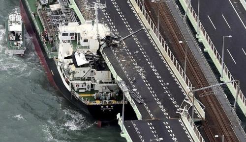 関西空港が冠水し連絡橋にタンカーが衝突するなど台風21号の被害に海外から心配の声