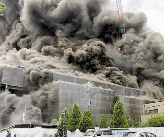 【東京・多摩火災】逃げ遅れ5人死亡、25人重症 バーナーで金属の部材切断作業、飛び散った火花が断熱材に燃え移ったか