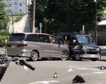 【JR大塚駅前事故】車が歩行者2人をはねる→別の車に衝突 運転手逮捕「ブレーキがきかなかった」(現場画像あり)
