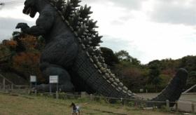【公園】    日本の公園には 巨大ゴジラ の遊具が置いてあるらしい。 ゴジラを撮った写真一覧。   海外の反応