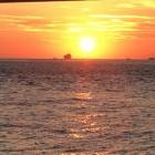 『青年、心の決意を記念して。癒やしと心の旅路 明石海峡大橋の夕陽』の画像