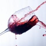 『ワイングラスを手に持ってワインを注いでもらってはいけない理由』の画像