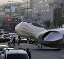 【レバノン】長さ23メートル! 修道士の巨像、幹線道路使って輸送
