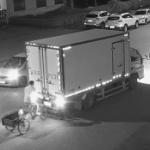 【動画】中国、三輪車の当たり屋のおじさんがトラックにドン!道路に寝て痛てぇ~! [海外]