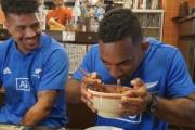 【ラグビーW杯】(画像)オールブラックス「本場のラーメンうめえ」 南アフリカ代表「本場の寿司うめえ」