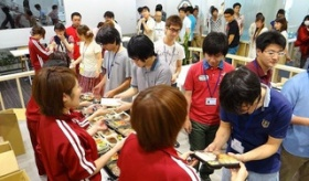 【企業】  日本の企業では 朝早起きすると、女性から弁当が無料でもらえる!?   海外の反応