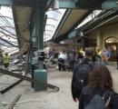 列車が駅に突入しプラットホームに乗り上げる。邦人含む100人超が死傷。米
