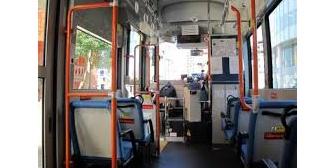 バス車内で座ってる女の人に自分の荷物をぐいぐい押してたおばさん「ずっと立ってると疲れるわぁ」→さらに荷物を女の人の膝に乗せた時、ある人がキレて…