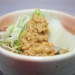 ご飯にお湯をかけてその上に納豆をのせて食べるのが大好きだ
