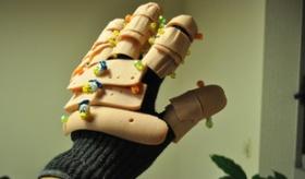 【創造】   日本人が 本物のソーセージを手袋につけた 「スマフォ用ソーセージ手袋」をつくったぞ。  海外の反応