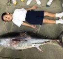 小川に体長130cmの「クロマグロ」 養殖いけすから逃亡か 登校中の児童が発見 「給食はマグロか」高まる期待を尻目に地元漁師へ