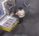 【動画】店員が居眠りしている隙にアイスクリームを冷蔵庫ごと盗んだ男