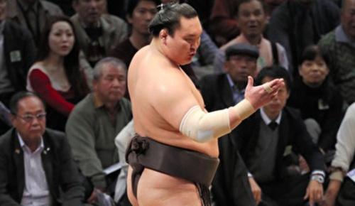 白鵬、前代未聞の1分間「待った」の棒立ちアピール、外国人相撲ファンも「こんなのは初めて」と批判