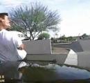 【動画】小銃で武装して徘徊する男をパトカーが物凄い勢いで体当たりでぶっ飛ばす