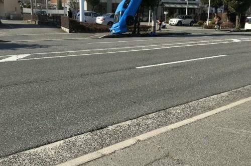 【悲報】ちんさん、とんでもない車両事故を起こし悲しさのあまりうずくまるのサムネイル画像