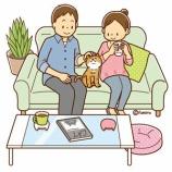 『【クリップアート】ネコとソファーでくつろぐ男女のイラスト』の画像
