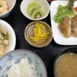 『今日の桜町昼食(チキンソテーハニーソースがけ)』の画像