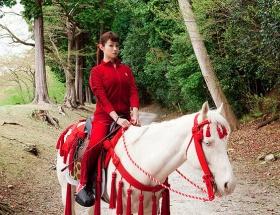 深田恭子、赤ジャージで白馬に…映画「偉大なる、しゅららぼん」にグレート清子役で出演