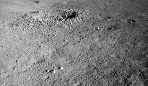 月の裏側で中国の探査車がゼリー状物質を発見か(海外の反応)