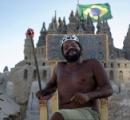 悠々自適、ビーチに自作の「砂の城」で22年間生活する男性