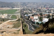 トランプ大統領 メキシコ国境に壁建設へ 大統領令に署名