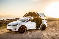 なんで日本で電気自動車流行らないの?テスラ欲しいのに充電スポット少なすぎ