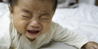 息子の寝かしつけを旦那に頼んでシャワーを浴びてると息子の泣き声が。見に行くと大泣きの息子とイライラしてる旦那が…