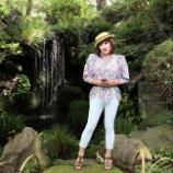 『【留美子讃歌 50】お洒落な留美子さんが颯爽と紅葉山庭園をナビゲート』の画像