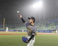 やっぱり「雨柳さん」?粘りの投球 阪神-ヤクルト戦雨で一時中断