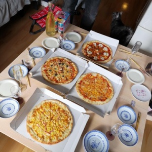 新年会でピザパーティー