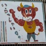 よく焼肉屋とかに「おいしいモー!」とか言ってる牛の絵とか置いてあるけどあれって悪趣味だよな