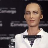 「人類を滅亡させる」と言ったAIロボット、「今は人類が好き」