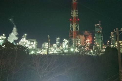 【画像】ワイニート、深夜徘徊で工場夜景を見に来る・・・・・のサムネイル画像