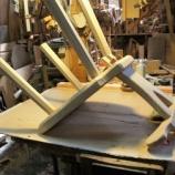 『テーブル・椅子・ワンちゃんのボード』の画像