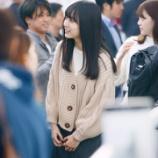 『【乃木坂46】上海空港の賀喜ちゃんの後ろに伊藤衆人監督がwwwwww』の画像