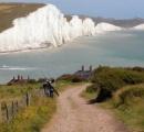 ジャンプしてポーズを取ろうとし、足を滑らせる  記念撮影の学生が白い崖から転落死 英国の観光地セブンシスターズ