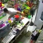 【動画】中国、四川省のM6地震の瞬間!ネトゲに夢中の男も速攻スタコラ逃げる! [海外]