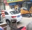 【動画】「車が小さい!」 夫が買ってきたアウディQ7をボコボコにする妻