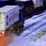 【動画】中国、大型トラックのタイヤが突然爆発!その衝撃波で歩行者の男が吹っ飛ぶ! [海外]