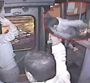 【動画】バス車中ひったくり失敗 → ドアに手を挟まれる → 運転手に棒で叩かれる → 泣く