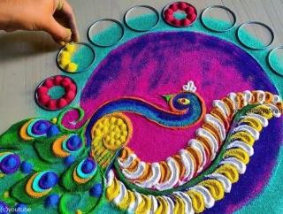 心奪われる美しさ…インドのカラフルな砂絵「ランゴリ」を描く一部始終