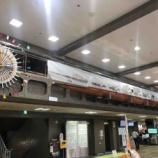 『1964年東京オリンピックボート競技で日本代表が使ったボート「VICTORY号」が戸田市に寄贈されました。戸田市役所2階ロビー入口から入って見上げたところに展示されています。』の画像