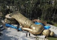 【台風24号】高さ25メートル、重さ40トンの巨大観音菩薩倒れる 沖縄